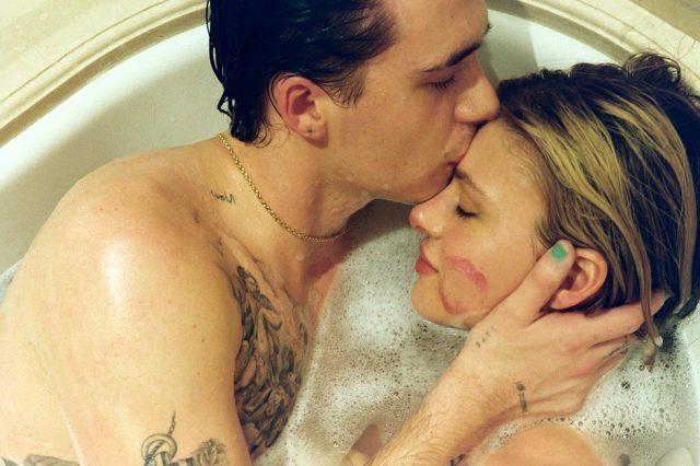 Brooklyn Beckham, sevgilisiyle küvet pozlarını paylaşarak ilişkilerinin yıldönümünü kutladı